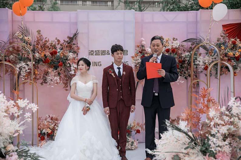 王雅君的婚礼现场,虽然不能挽着爷爷的手上台,但相信在台下的爷爷能感受到孙女的孝心。