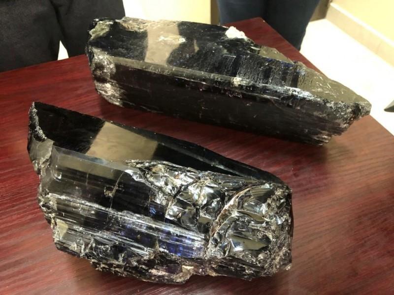 坦尚尼亚矿工莱泽尔(Saniniu Laizer)挖到史上最大的2块坦桑石,卖出后爽赚340万美元。