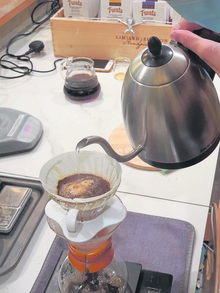 手冲咖啡装杯前应该先将壶里的咖啡轻轻摇晃,令其浓淡充分混合,使得每杯的手冲咖啡味道都均匀。