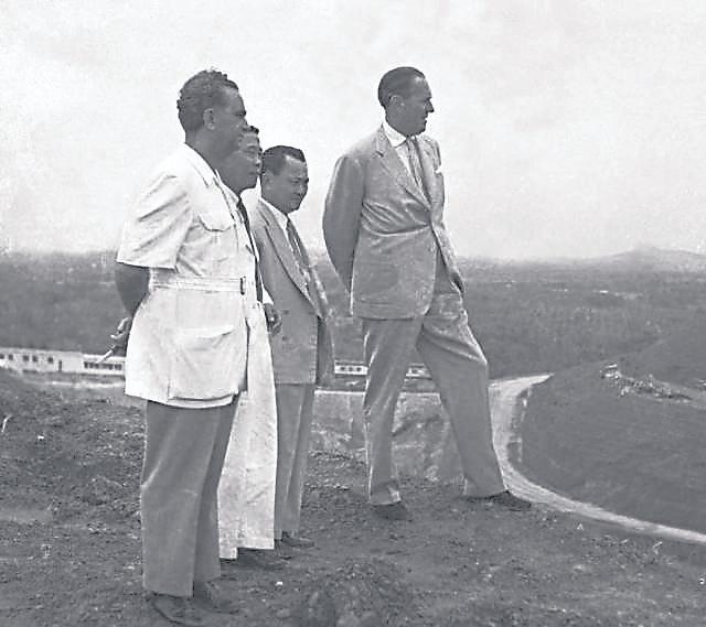 1955年8月21日,陈六使、连瀛洲陪伴英国殖民部大臣Alan·Lennox-Boyd与首席部长David·Marshall到裕廊山顶探视兴建中的南洋大学 。