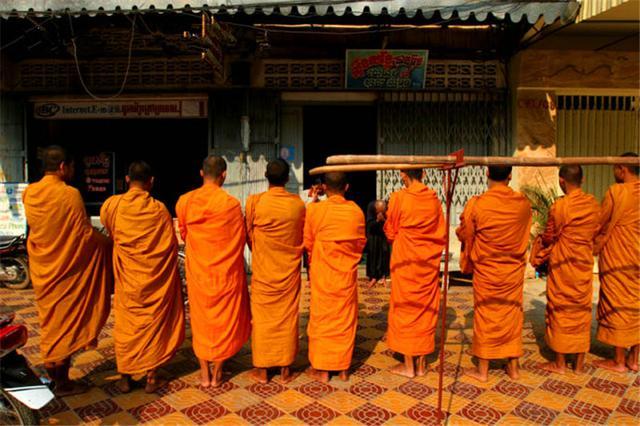 蔽日期开始时,女孩的父母要请僧侣来诵经祝福。