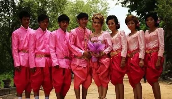 婚礼中很讲究伴郎伴娘的搭配,必须是四男四女。