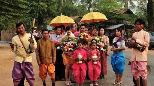 正在迎接新娘新郎的迎亲队伍。