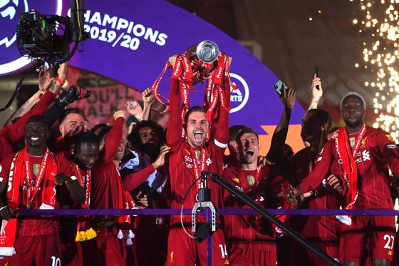 经过漫长等待,利物浦终于捧起第一座英超冠军奖杯。