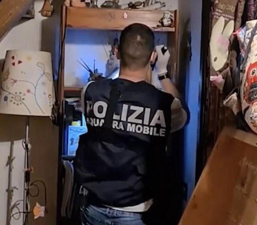 警方深入淫教内部搜查。
