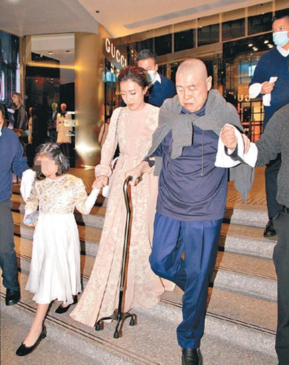 近年刘銮雄身体欠佳,将价值180亿元港币The One商城过户给老婆甘比。