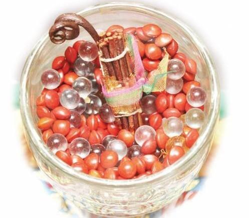 特制的爱情树配合白水晶增加能量,及加上相思豆,再经过妙婵师太的种桃花咒和七七四十九天的法事,桃花在一个月内就会开花结果。