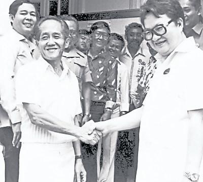 """34年前,曾敏兴(左)与李三春在芙蓉国会议席展开""""巅峰对决""""握手的历史镜头。"""