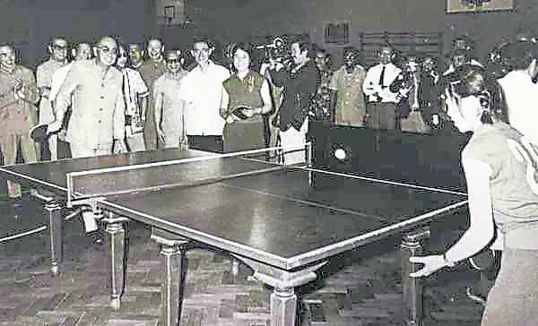 1974年6月29日,敦拉萨访问清华大学时与女学生打乒乓。后排左二戴眼镜者为曾永森。
