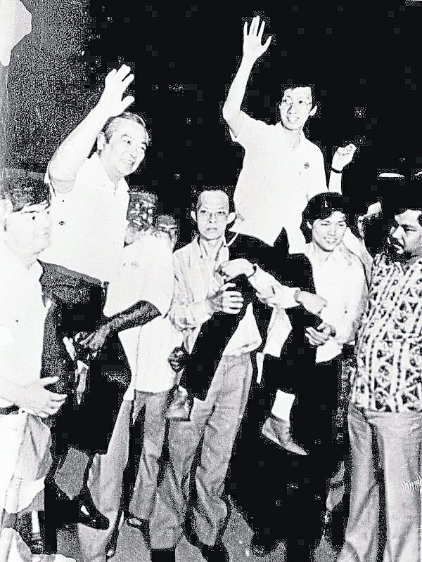 林苍佑(左)和许子根(右)在1982年4月大选成绩公布胜利后,双双被支持者抬起。
