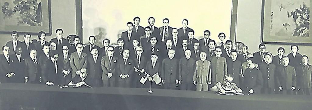 马中签署联合公报,由敦拉萨和周恩来代表签字,后排左九是曾永森。
