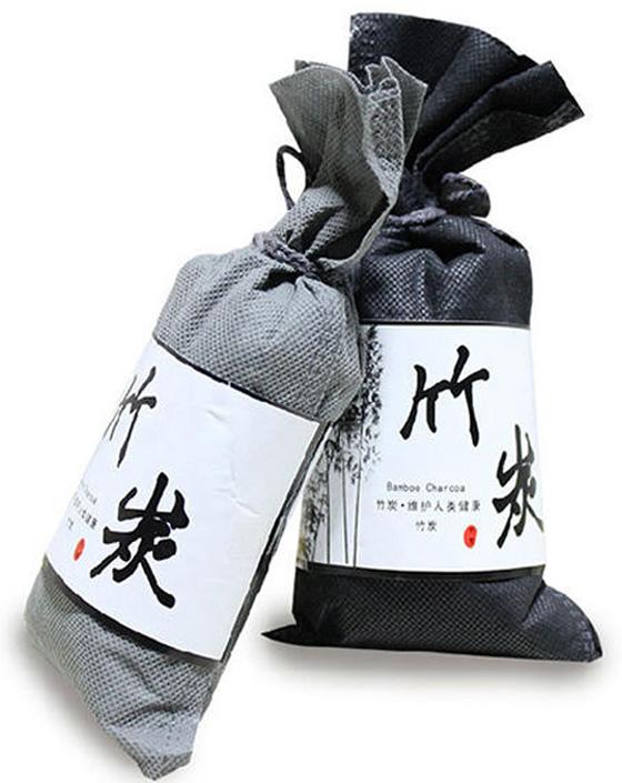 竹炭放在家中有吸湿和除臭的功效。