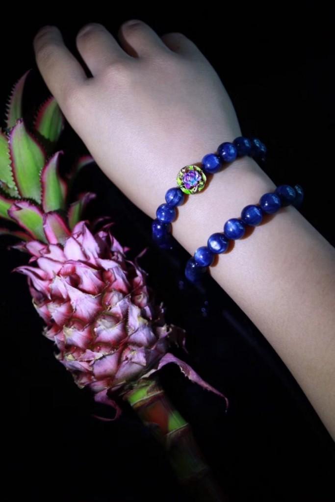 蓝晶石是天然的止痛剂,此外,它可以帮助减肥,对小脑活动与身体的肌肉也有益处。