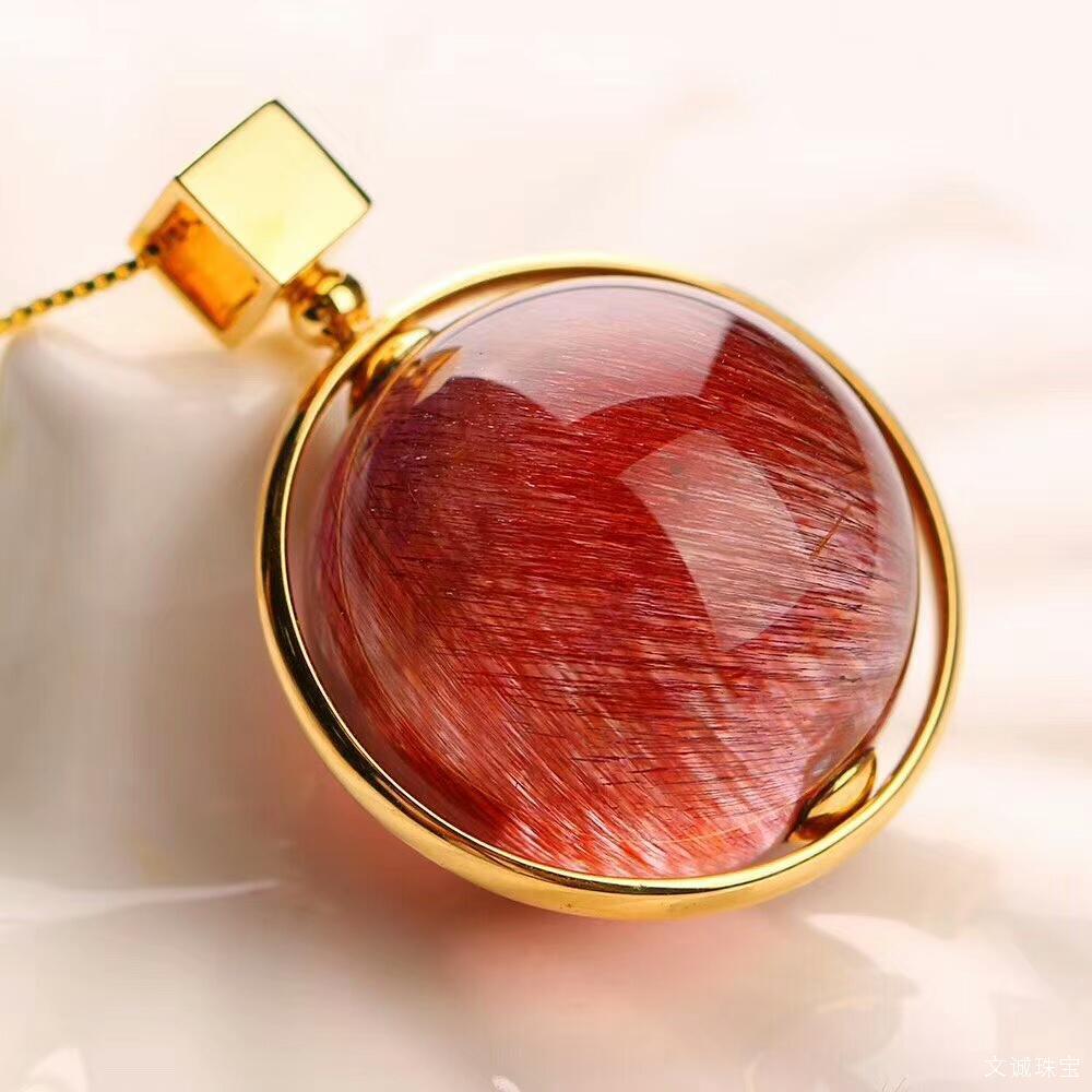 红发晶是主要由丝状/纤维状赤铁矿致色的水晶,细密的发丝柔柔缠绕,像美女的发丝。