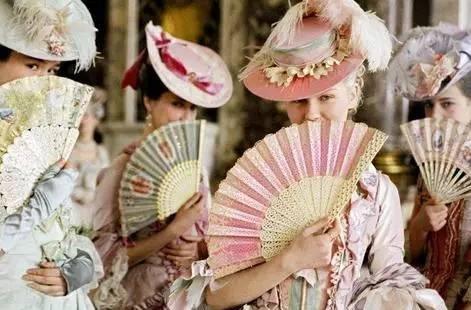 扇子是西班牙女士出门进行社交活动的必备品。