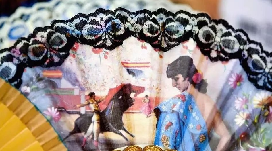 在西班牙旅游景点、纪念品商店,人们都可以看到样式精巧、图案多样的折扇。