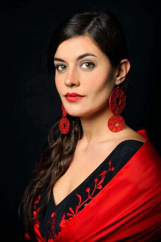 在西班牙逛街不戴耳环就和不穿衣服一样被人嘲笑,足以见得西班牙女人对耳环的热爱。