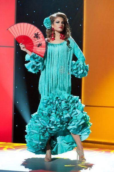 西班牙选美大赛的模特也时刻体现折扇元素。