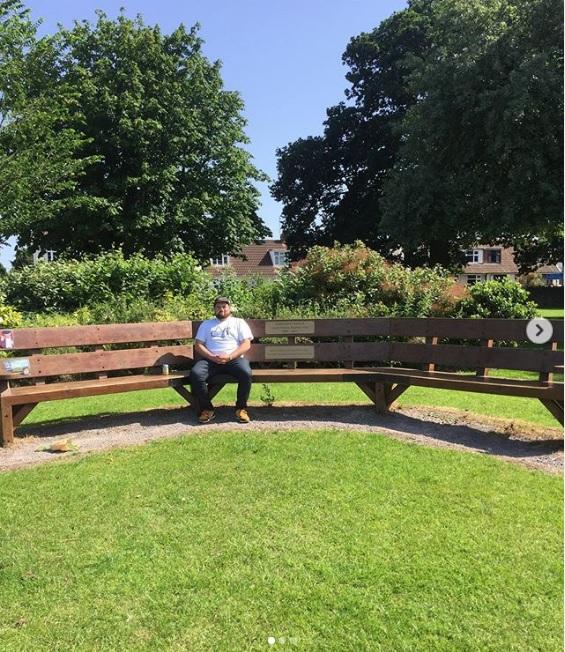 这张长凳是道恩安德的居民为了纪念一名因车祸离世的青少年而设立。