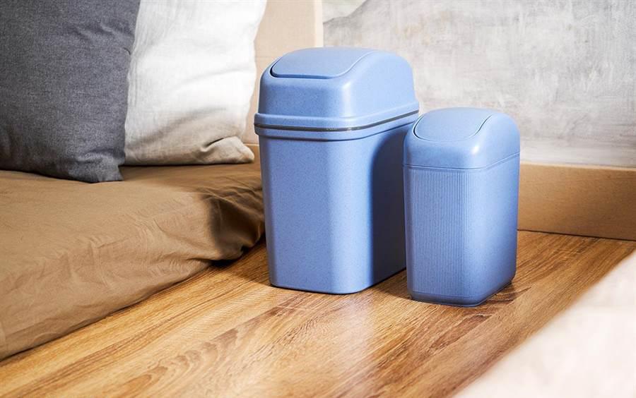 垃圾桶摆在床边,不仅不雅观还会影响睡眠。