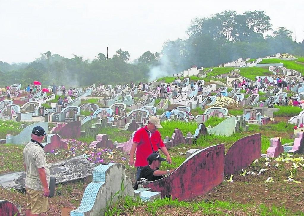 亡者入土为安后,除了墓碑,还有后土和龙神神位在侧边。