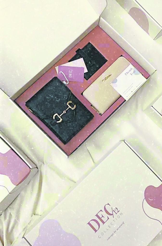 深受欢迎的Charming box 内含一个手机包、一个长钱包及一个短卡夹。