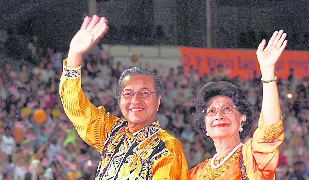 95岁的马哈迪和94岁的西蒂哈丝玛已结婚64年,夫妇俩恩爱如昔。