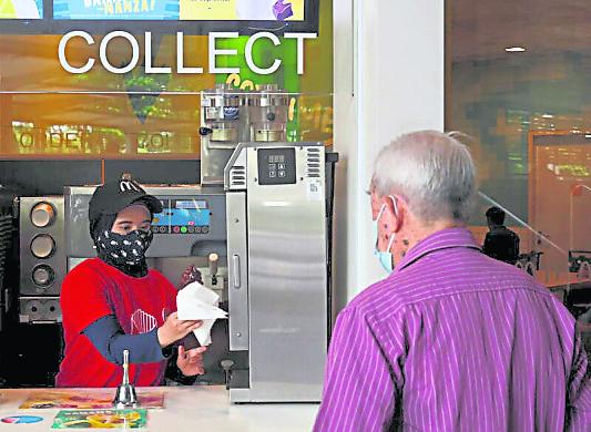 冠病疫情也严重影响法依扎尔的收入,妻子拉哈优在快餐店兼职帮补家用。
