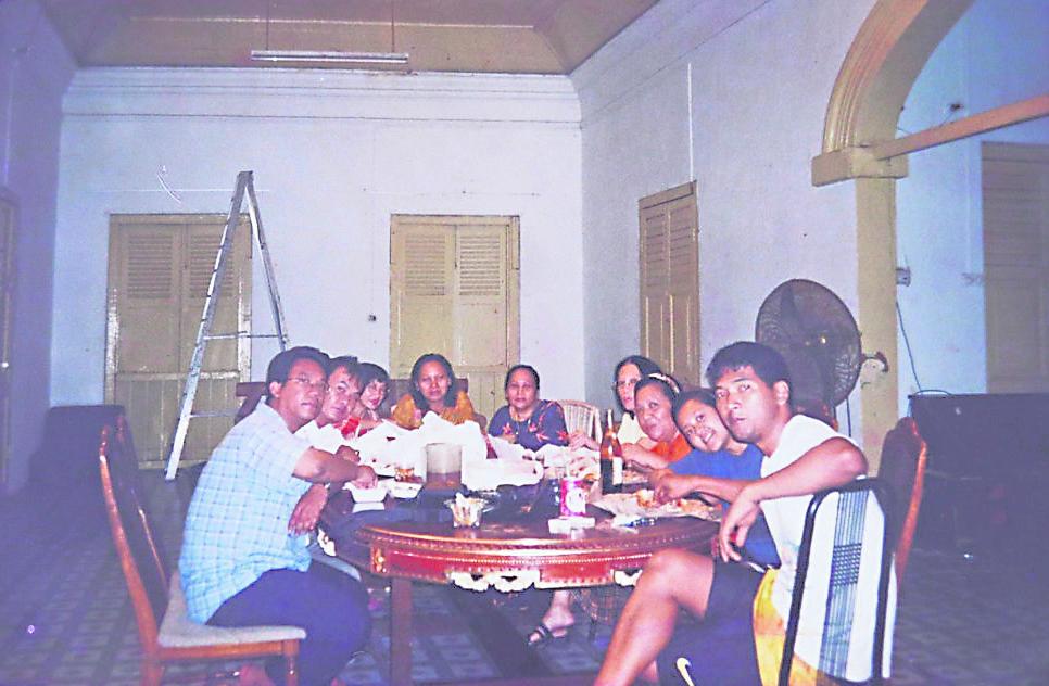 新加坡第一任苏丹胡先的后裔沙瓦勒,持有一张1999年拍下的照片,他与家人留在甘榜格南王宫最后一段时间内,曾一起吃饭并拍照。