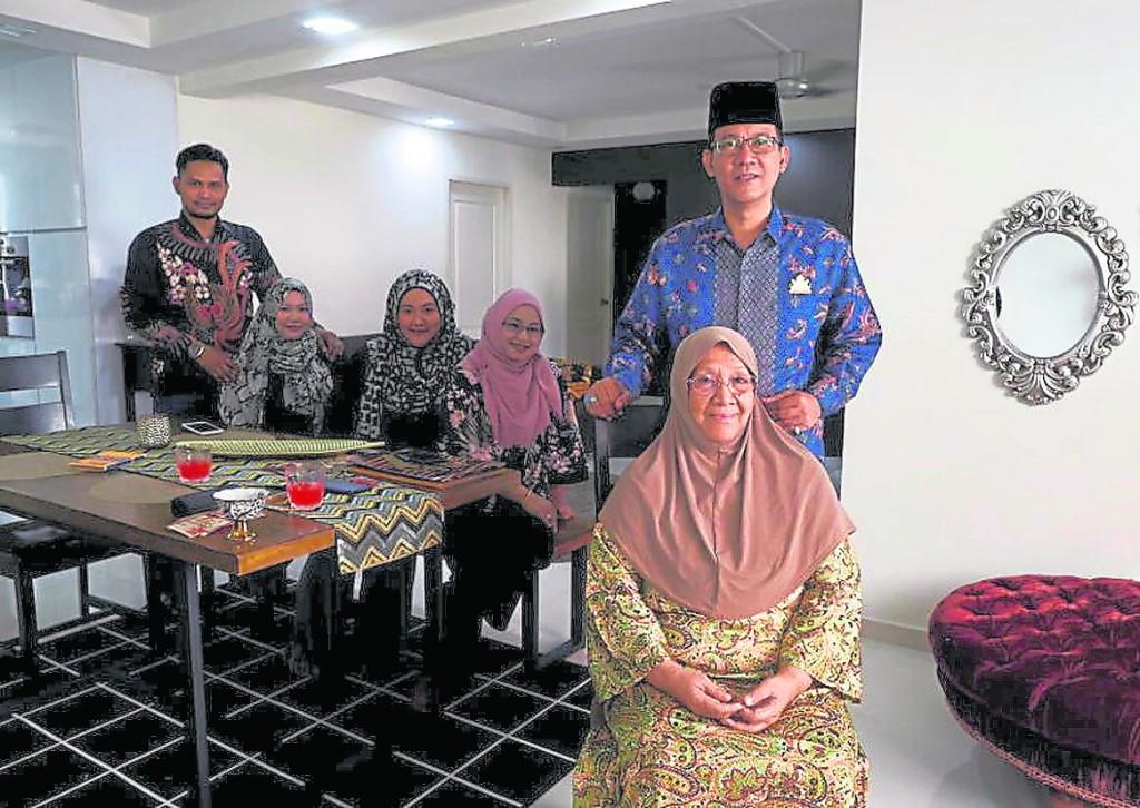 王室后裔东姑沙瓦(Tengku Shawal,后排右一)与家庭成员合照。前排是母亲东姑法蒂玛,后排右起:妻子萨阿达、妹妹东姑因坦、女儿东姑布特礼,以及女婿莫哈末法依罗泽。