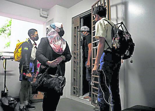 与普通老百姓无异,布特礼(左二)与丈夫也要接送孩子上下学。