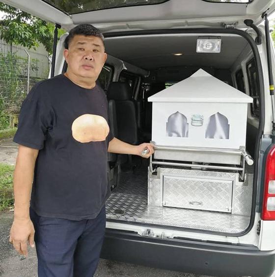 无论死去的是回教徒、佛教徒、基督教徒,是马来人、华人、印度人、公民或非公民,马铃薯叔叔都会尽心尽力为死者办理身后事,将遗体遣送回乡。