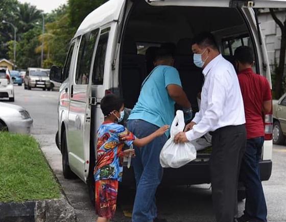 疫情期间不停竭的到处派送物资,为有需要的人提供食物和日常必需品。