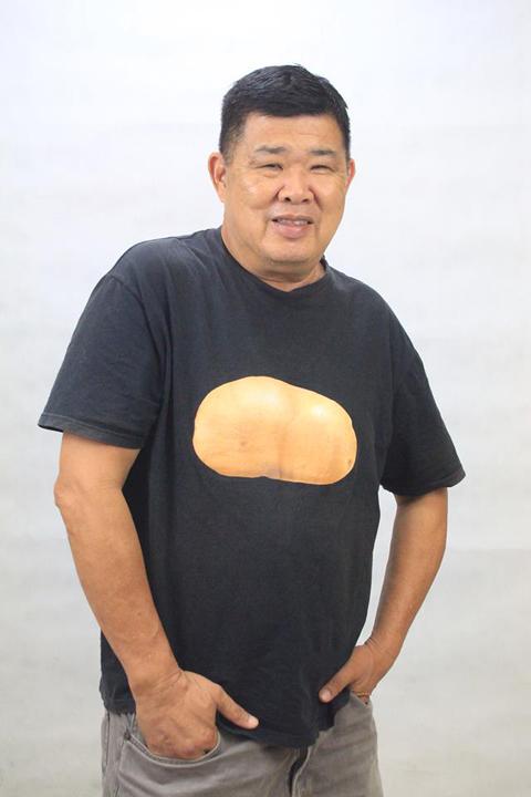 """马铃薯叔叔关志庭,衣服上的""""马铃薯""""图案是他的标志。"""