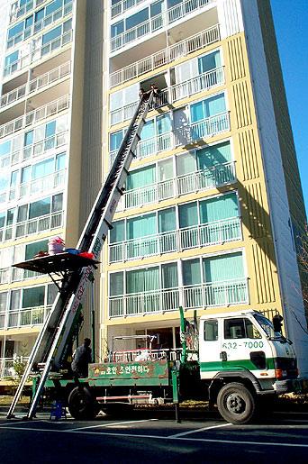 韩国的搬家公司非常专业,工作人员会把家里的所有大小物品分箱打包整齐,如果是住高楼,会使用云梯将物品从窗户搬运。
