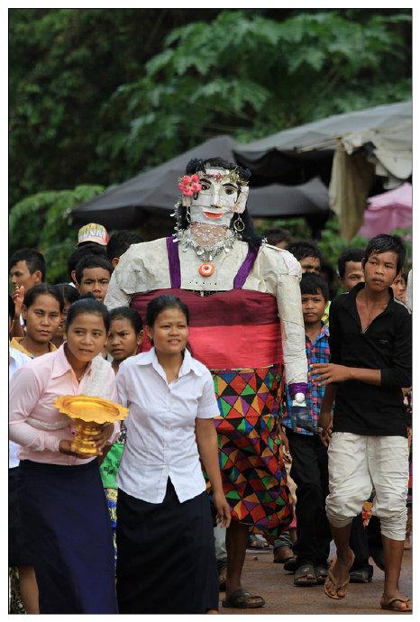 几个少女,穿戴干净整洁,手捧着鎏金的果盘,走在最前面。