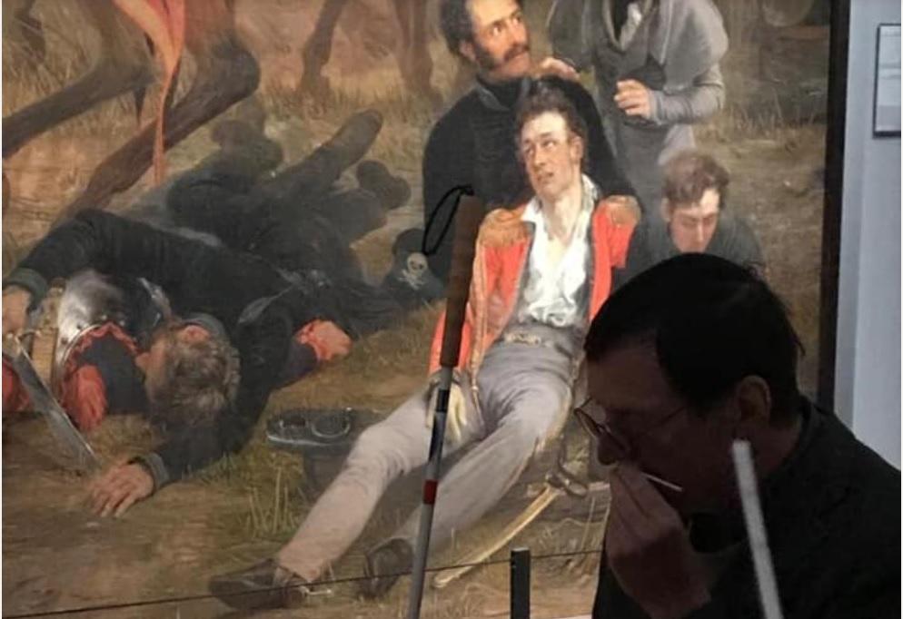 科学家们期待透过这本气味百科全书,让博物馆可以给人们全新的参观体验。图为Odeuropa计划的成员沃尔拉芬(Hannes walrafen),正在体验荷兰国家博物馆为视障者提供的气味导览服务。