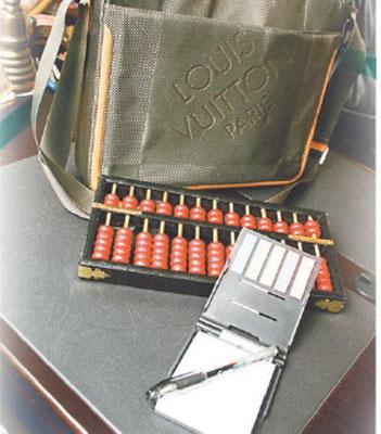 结读书缘 一个书包、一个算盘、一本薄子和一支笔,必须作法七七四十九天才大功告成。