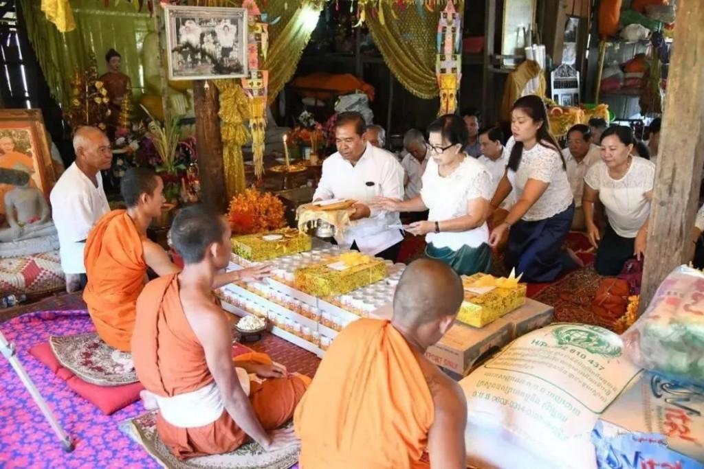 人们希望通过僧侣,让鬼魂获得他们施舍的东西,从而祈求和平、幸福、吉祥。