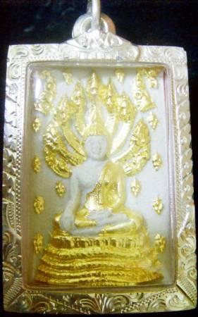 将符咒或佛牌携带在身上,能有挡煞和避邪的作用。