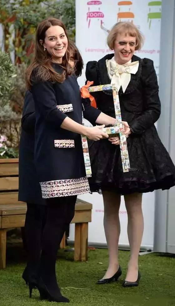 哪怕与皇室成员凯特王妃同场亮相,Perry也是一身女装。