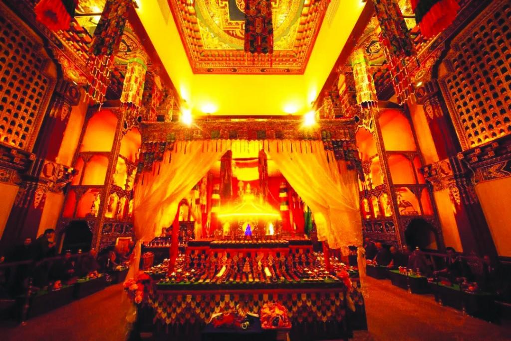 蓝琉璃药师佛坛城无疑是香格里拉蓝琉璃藏医药文化博物馆内最殊胜的地方。