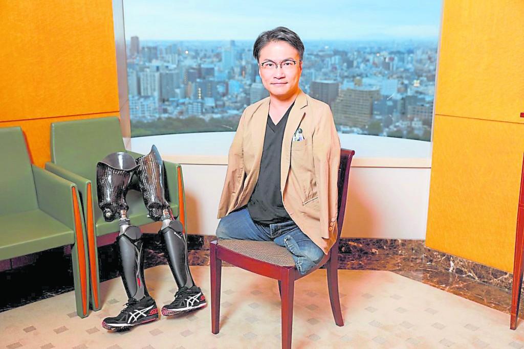 """因一本自传《五体不满足》而成为日本畅销作家的乙武洋匡,2016年传出婚外情而与妻离婚,他同时被爆出偷情对象多达50人,让他的""""五体不满足""""被网友讽刺其实是""""下体大满足""""。"""