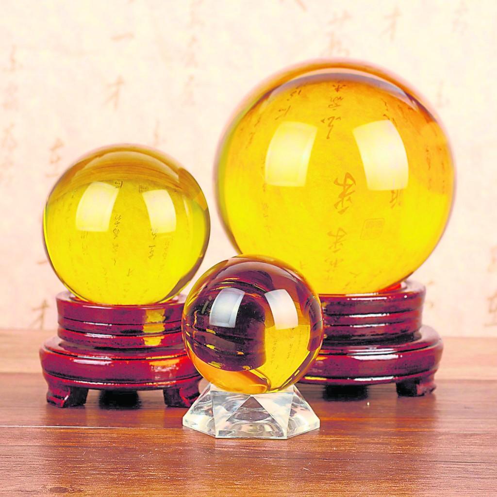 黄水晶球作为招财聚宝的代表,更适宜摆放在客厅和办公室。