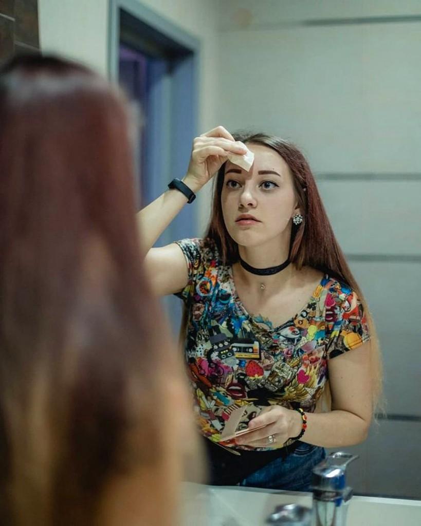 莉娜会记住面部特征,以便在照镜子、看照片时记住自己。
