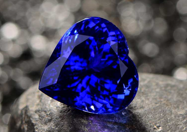 坦桑石通常呈蓝色、紫蓝色或蓝紫色。