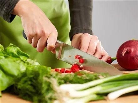 用刀或者尖锐物品时要小心。