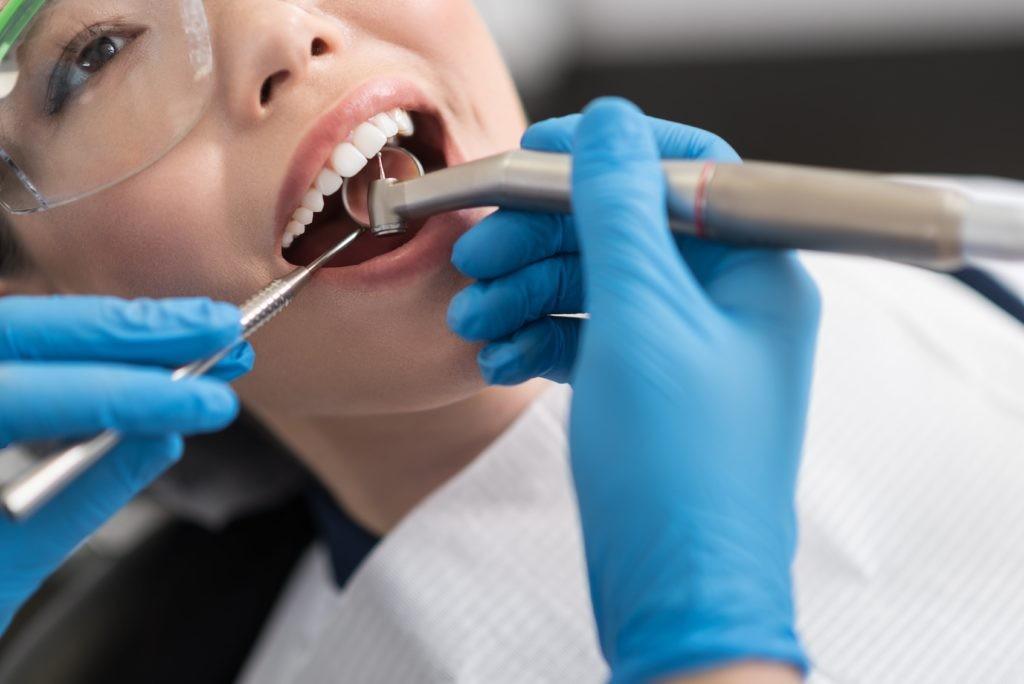 肖鸡的人可以通过洗牙、捐血来化解血光之灾。