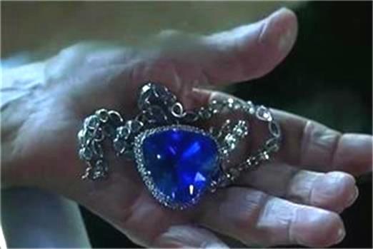 """看过《铁达尼号》的人一定忘不了Rose戴的那克湛蓝晶莹的""""海洋之心""""。Rose的美丽和宝石的动人让Jack神魂颠倒,而这颗宝石正是神秘而珍贵的坦桑石。"""