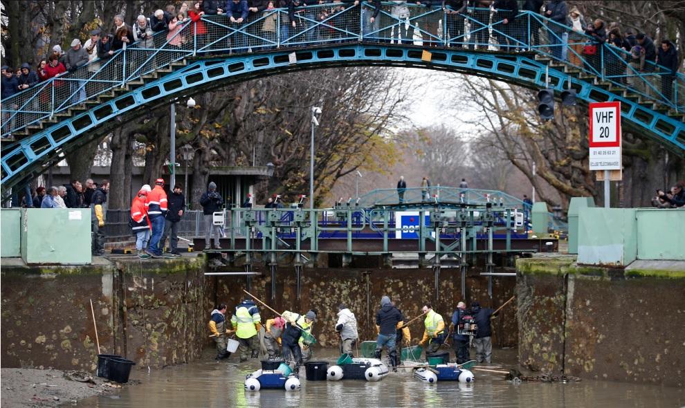 2016年,巴黎市政府将圣马丁运河的河水抽乾,并且把河中的鱼一条条打捞起来放进水槽中,藉此清除沉积在圣马丁运河底部的垃圾和污泥。